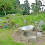石のベンチや石像が点在しています。