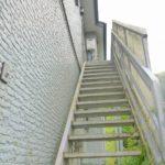 2階へ上がる外階段